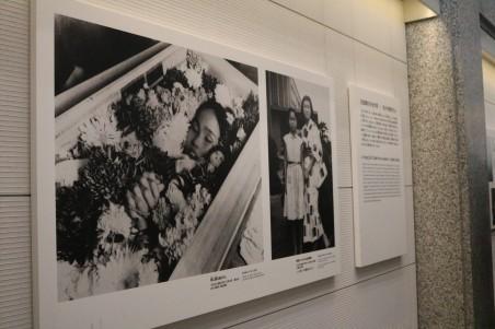 Portrait de Sadako Sasaki et ses grues exposées au musée du mémorial