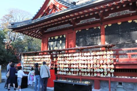 Les ema accrochés devant le temple